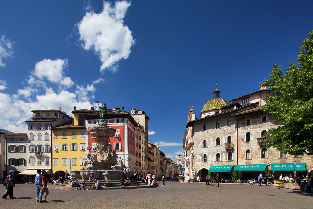 scorcio  di piazza del Duomo, fontana del Nettuno e Casa Rella a Trento, Trentino