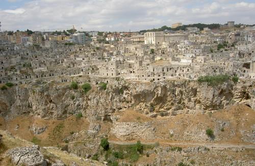 De kloof, de Sassi en de nieuwe stad boven