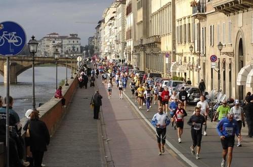 Lopen langs de Arno tijdens de Marathon van Florence