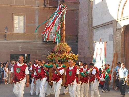 Mannen dragen de kandelaar tijdens altijd Il Candelieri in Sassari