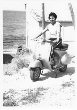 Moeder poseert op een typische jaren vijftig Vespa. Foto: Rosanna del Negro
