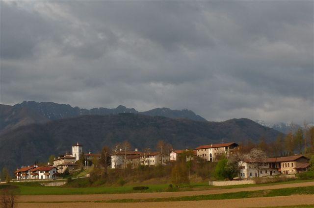 Zomers onweer nadert over de bergen in Friuli
