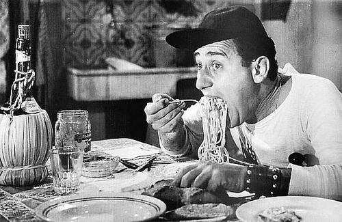 Alberto Sordi eet spaghetti in de film Americano a Roma ui 1954