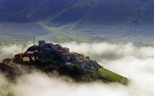 Bergdorp in nevelen in de Monti Sibillini