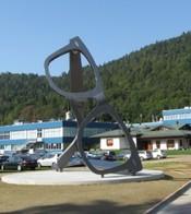 Een metershoge bril siert de entree van een van de Luxottica fabrieken