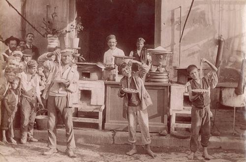 Buitenlanders vertelden eenmaal thuis dat ze in Napels op straat lange deegwaren aten