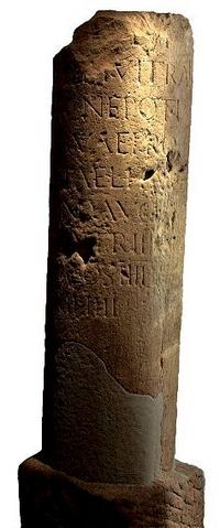 De Romeinen plaatsten langs hun hoofdwegen om de Romeinse mijl een paal. Deze mijlpaal gaf de afstand aan naar de dichtstbijzijnde stad. Tegenwoordig hebben we de ANWB paddenstoel