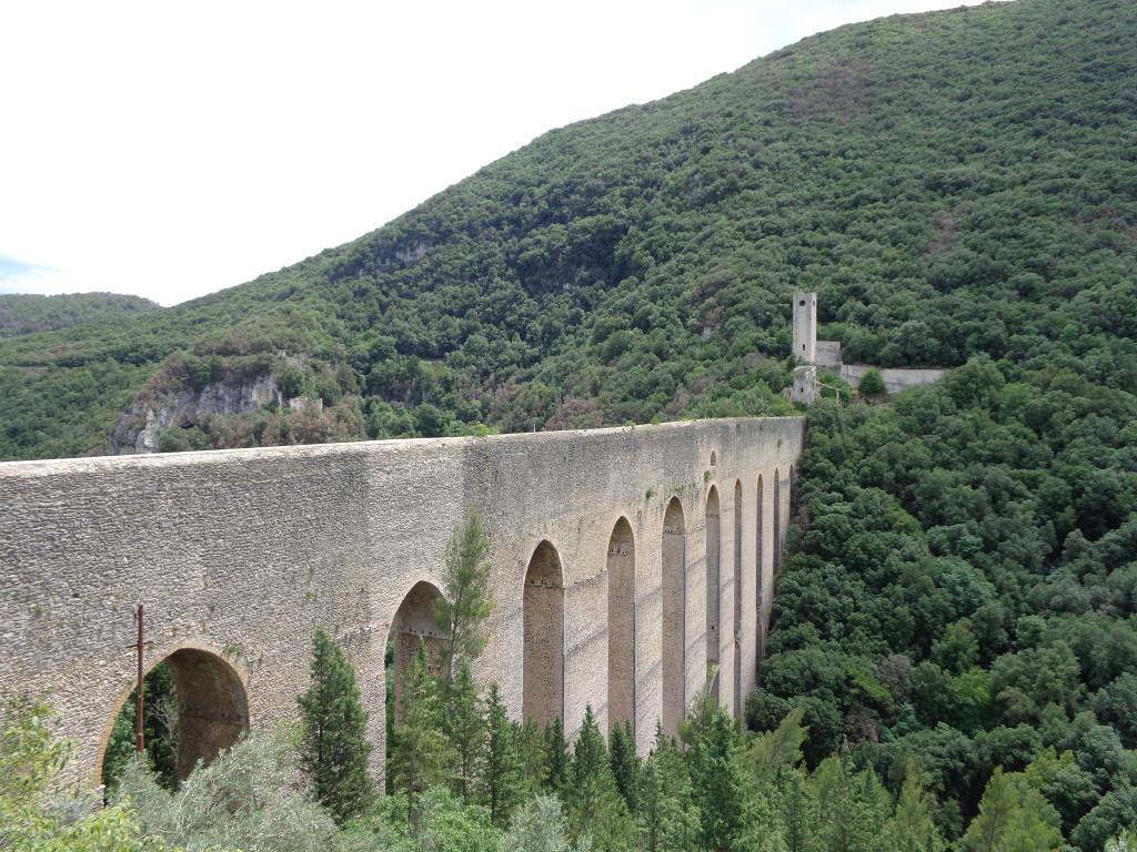 De Torri, het indrukwekkende aquaduct van Sploeto