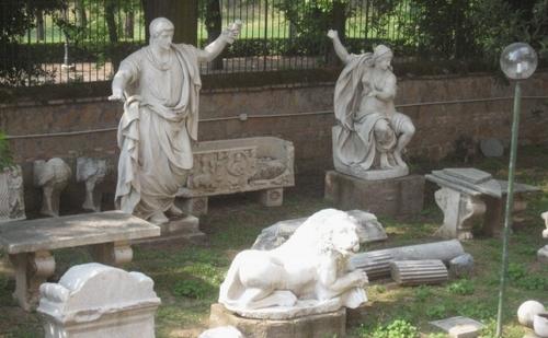 De grafbeelden in Villa Borgese met onder de leeuw (foto: Den Haag direct)