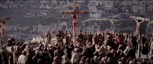 De kruisiging op Golgotha met de Sassi op de achtergrond