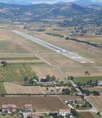 De landingbaan van San Egidio Airport in Perugio Umbrië