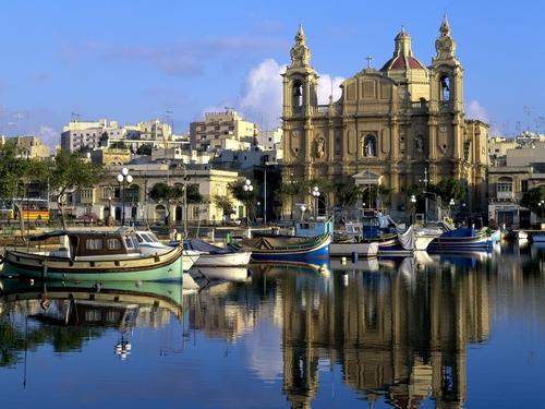 De moderne jachthaven Marina di Cala del Sole ligt vlakbij de oude stad