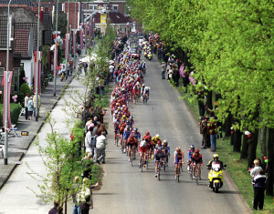 De renners van de Giro d'Italia reden in 2002 door Groningen