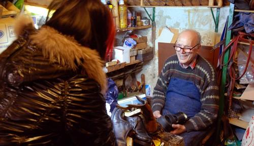 De schoenmaker in zijn werkplaats