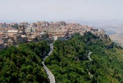 De stad Enna in het midden van Sicilië