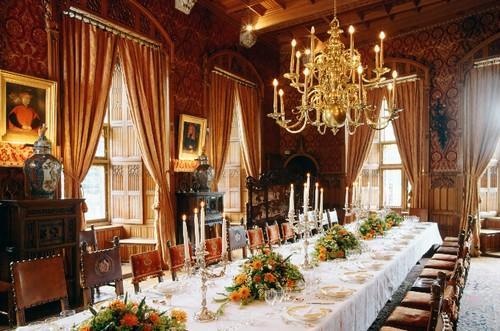 De tafel is gedekt voor een diner met vooraanstaande gasten