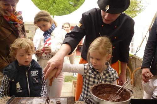 Dit meisje leert chocoladebonbons maken