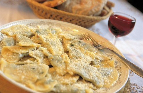 'Schlutzkrapfen'. Ravioli gevuld met spinaci en ricotta, gegarneerd met Parmezaan en gesmolten boter