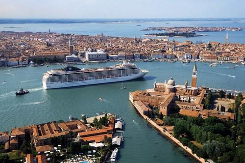 Een cruiseboot in de lagune van Venetië