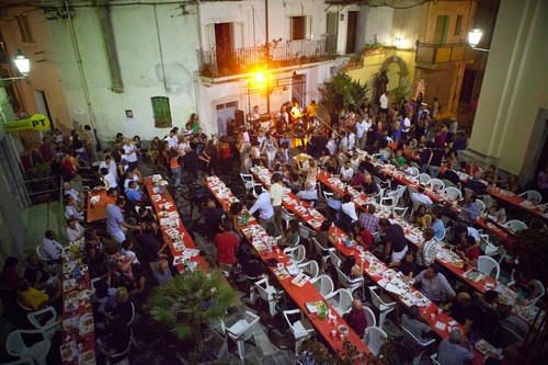 Feest aan de lange tafels