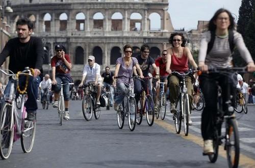 Fietsen in Rome op de afgesloten Via dei Fori Imperiali