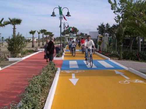 Fietsen op een fraai fietspad langs het strand in Giulianova, Abruzzen