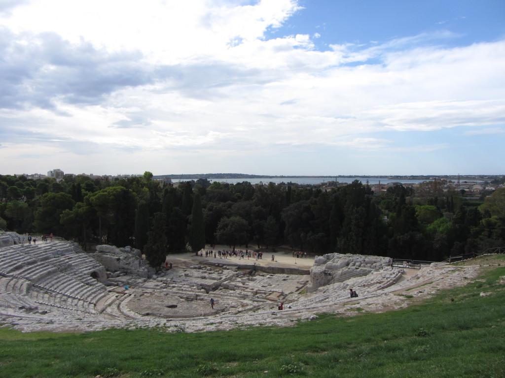 Grieks theater in Syracuse met uitzicht op zee.
