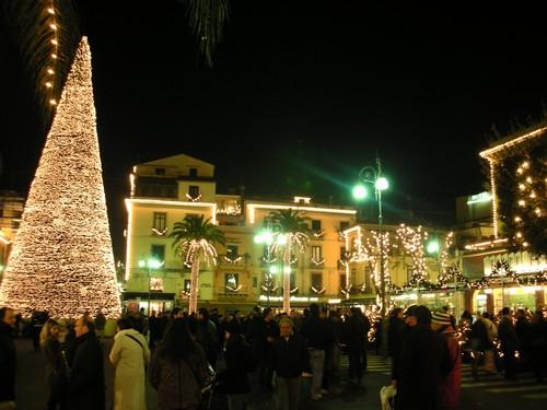 Grote kerstboom op het Piazza Tasso in Sorrento
