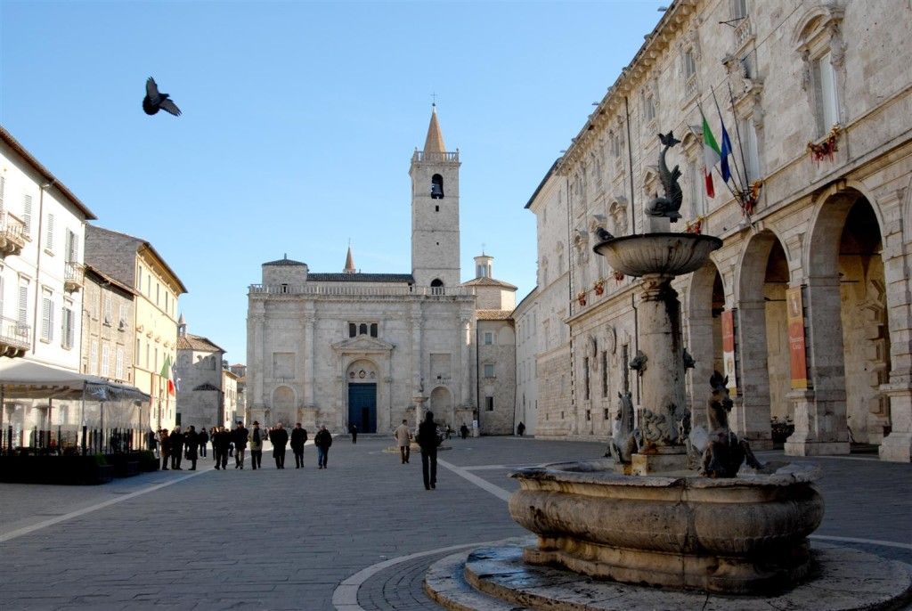Het Piazza Popoli in Ascoli Piceno. Een van de mooiste pleinen in Italië