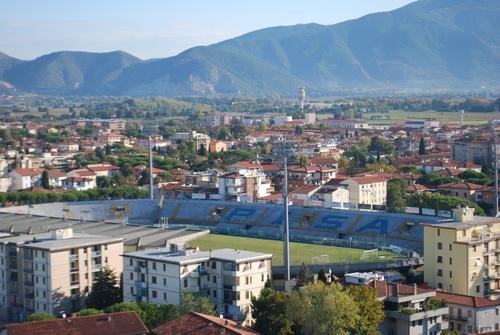 Het Stadio Arena Garibaldi - Romeo Anconetani van Pisa met de uitlopers van de Apuaanse Alpen op de achtergrond
