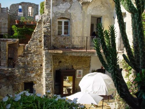 Het huis was een kamer, werden kamers is nu een prachtig huis geworden, met puin uit de straten opgebouwd.