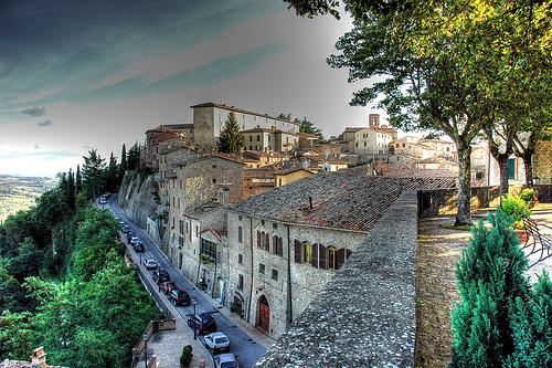 Hoog op de berg ligt Montone, vlakbij Umbertide in Umbrië