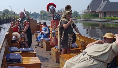 In Woerden kunt u de hele zomer een tochtje maken op een romeins schip, de  Per Mare ad Laurium. Meer info op romeinsschipwoerden.nl