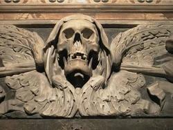 In de duistere ondergrondse catacomben van Napels kom je zomeer Due Lucia, tegen. De schedel met bruidssluier