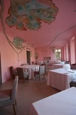 Italiaans roze interieur bij Piazzo Duomo in Alba