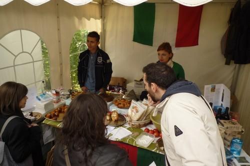 Italianen onder elkaar, proeven en uitgebreid discussiëren over eten