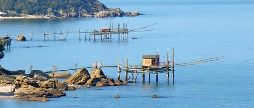 Kenmerkende houten vissershuisjes in zee langs de Costa dei Trabocchi