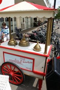 Een klassieke IJscokar siert de straat voor Venezia in Zeist