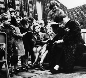 Maria Montessori leest kinderen voor