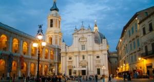 Middenin de basiliek van Loreto staat het huisje van Maria