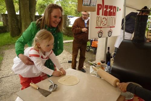 Nog een voorbeeld van jong geleerd. Eveline van Haastert leert haar dochter het vak van pizzabakken