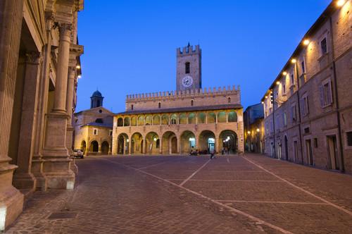Het mooie Piazza del Popolo in Ofida De Marken