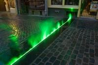 Opvallend groen licht gecombineerd met nevel markeert in het centrum van Utrecht de contouren van het  voormalig Romeinse castellum