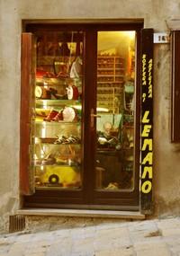 Schoenmaker Lemano aan het werk in Volterra