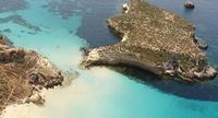 Slechts een paar meter is het eilandje los van het vasteland