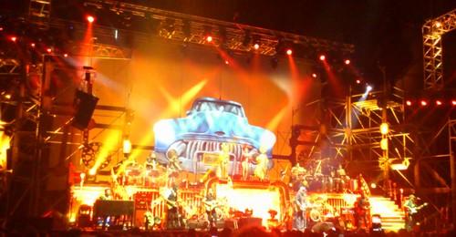 Talrijke muzikanten en een kleurrijke show van Zucchero
