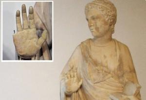 Een paar jaar terug brak een toerist de vinger van een beeld bij het geven van een high five....