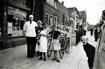 Voor de IJssalon op de Hogeweg waar nog steeds heerlijk Italiaans ijs owrdt verkocht