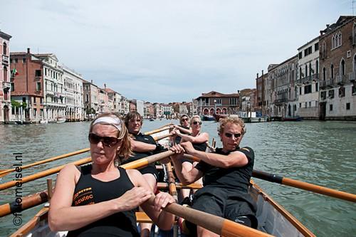 Roeien tijdens de Vogalonga in Venetie