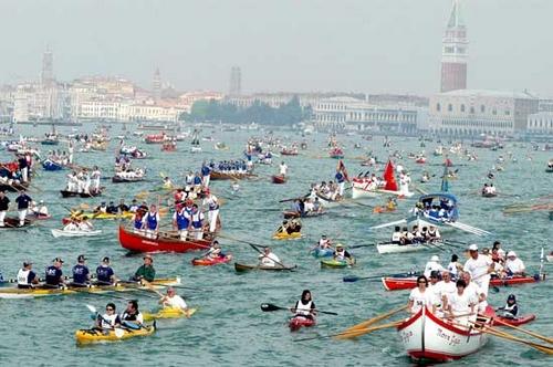 De Vogalonga in Venetie wordt met Pinksteren gehouden